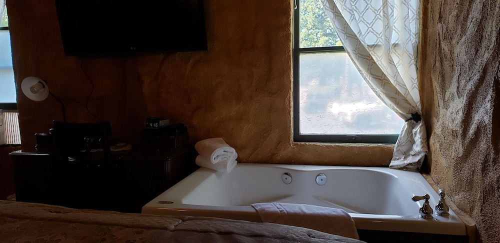 Jetted Tub, Cabernet House, An Old World Inn
