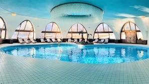 Piscina coperta, una piscina in terrazza, lettini