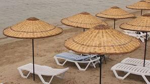 Liegestühle, Sonnenschirme, Volleyball