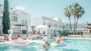 Una piscina al aire libre, cabañas de piscina gratuitas, sombrillas