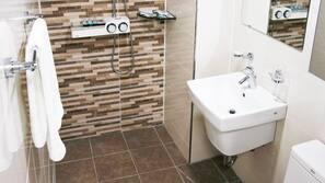 샤워 시설, 무료 세면용품, 헤어드라이어, 목욕가운