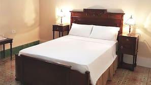 Escritorio y ropa de cama