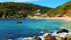 Ubicación a pie de playa, tumbonas, sombrillas y buceo con tubo