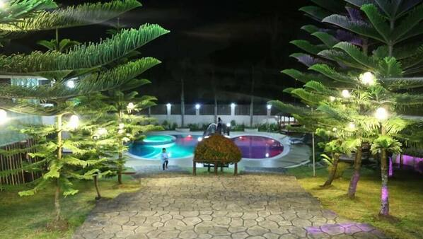 Outdoor pool, free cabanas, sun loungers