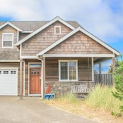 Beach Pine - 4 Br home by RedAwning