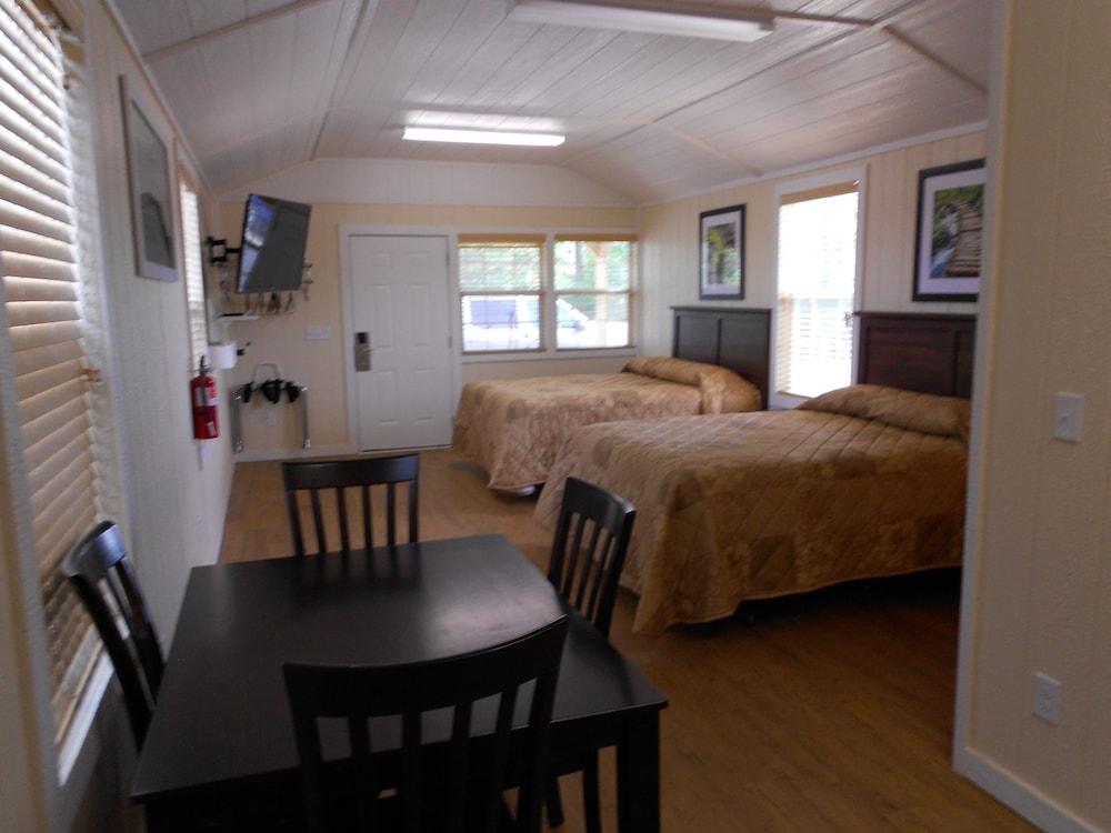 Deluxe Cabin, 2 Queen Beds, Refrigerator U0026 Microwave, Lake View   Guestroom  ...