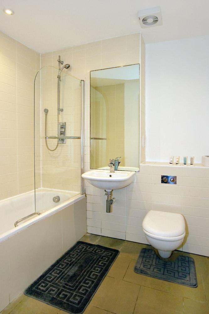 Amisha apartments londra regno unito for 2 camere da letto 2 piani del bagno