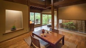 房內夾萬、設計自成一格、家具佈置各有特色、書桌