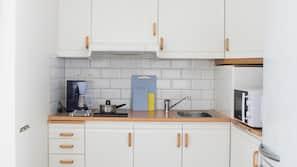 Kylskåp, mikrovågsugn, spishäll och vattenkokare