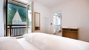 1 Schlafzimmer, Daunenbettdecken, individuell eingerichtet, Schreibtisch