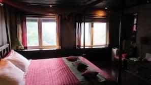1 間臥室、設計自成一格、家具佈置各有特色、書桌