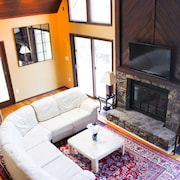 4 Bedroom Mountain Retreat, Sleeps 12, New Hot Tub for 6, Pet-friendly