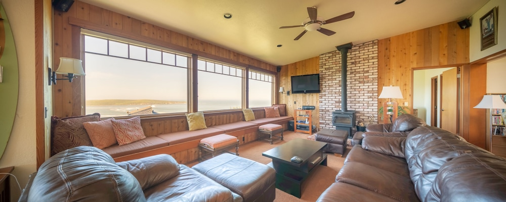Living Room, 'wabi Tei' Serenity With Panoramic Ocean View. Hot Tub, Bbq, Xbox, Wifi, Pets OK
