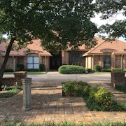 Amazingly Unique-4800 Sq Ft Home on 3/4 Acre-lkwd Hills, Dallas Vacation Rental