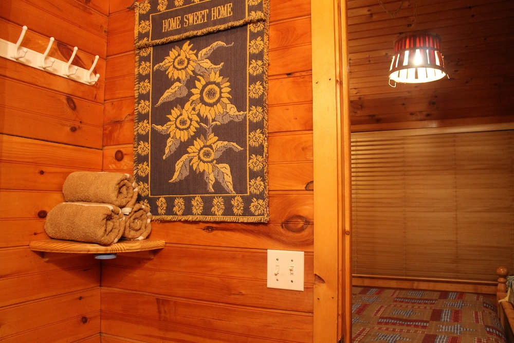 Interior, Special Private Cabin Getaway! Hot Tub & Heart Shaped Jacuzzi!! Gatlinburg/pf
