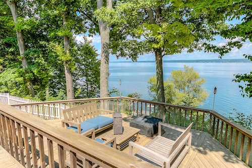 Beautiful Home On The Lake Great For Families & Walking Distance to Winery