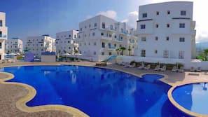 2 binnenzwembaden, een buitenzwembad, parasols voor strand/zwembad