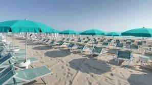 Een privéstrand, parasols