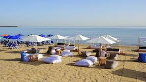 På stranden, gratis strandhytter, liggestole, parasoller
