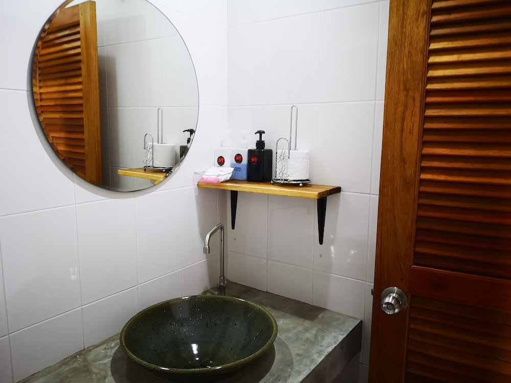 Bathroom Shower, Siri Guesthouse at Suratthani