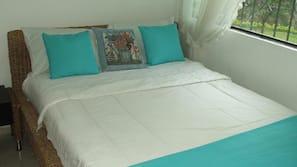 5 dormitorios y tabla de planchar con plancha