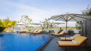 야외 수영장, 08:00 ~ 20:00 오픈, 수영장 파라솔, 일광욕 의자