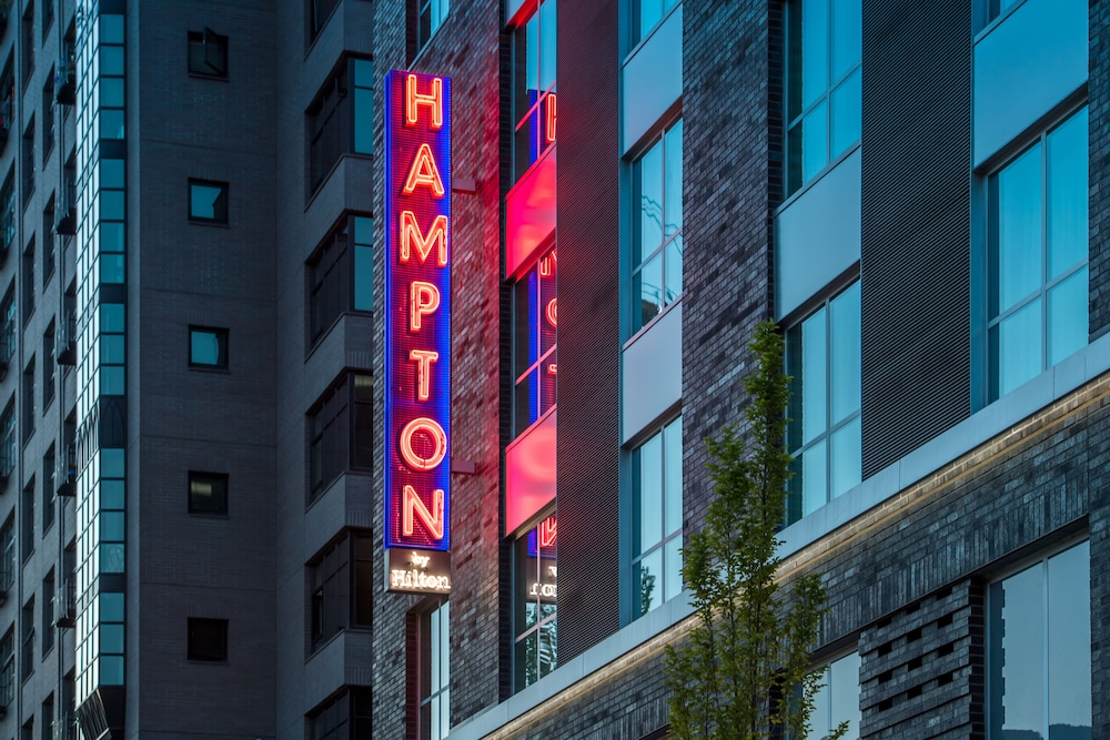 Front of Property - Evening/Night, Hampton Inn and Suites by Hilton Portland-Pearl District