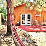 THE Hideaway Charming Tiny 1br, Deck, Woodstove, Wifi, A/c, Pets OK, Near Hiking