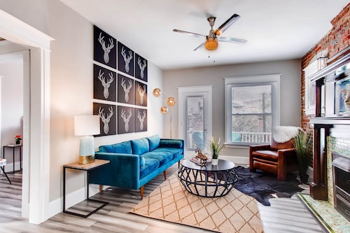 Modern Cowboy: Luxury 2 Bedroom Capitol Hill Apartment