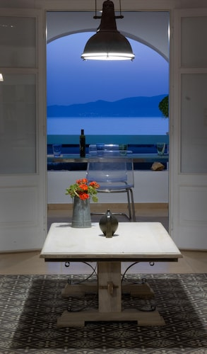 Breathtaking Sunset, Salt Lake and Aegean sea View. 150m From Magnificent Beach
