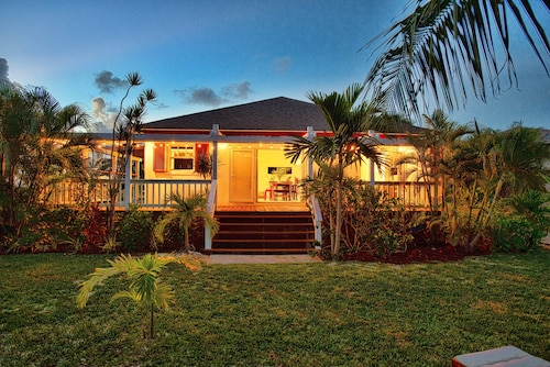 $199 Special Private, Romantic Cottage, Opposite the Ocean! Sleeps 8