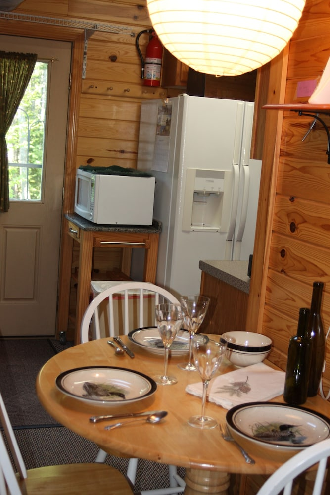 In-Room Dining, Quiet, Pet Friendly Cottage Near Moosehead Lake!