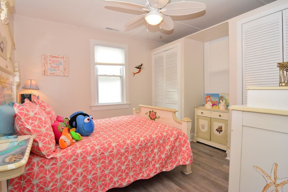 Room, Whole House UV Air Purifier-Waterfront -The Mermaid Cottage-  Pets Welcome