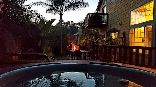 1.5 Blks to Natural Bridges Beach Hottub Firepit Summer Special August $375