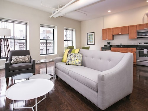 Bright 2BR in Downtown Crossing