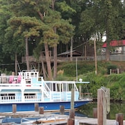 A Warm and Cozy 50' Houseboat in Gated, Quaint and Peaceful Marina Near the City