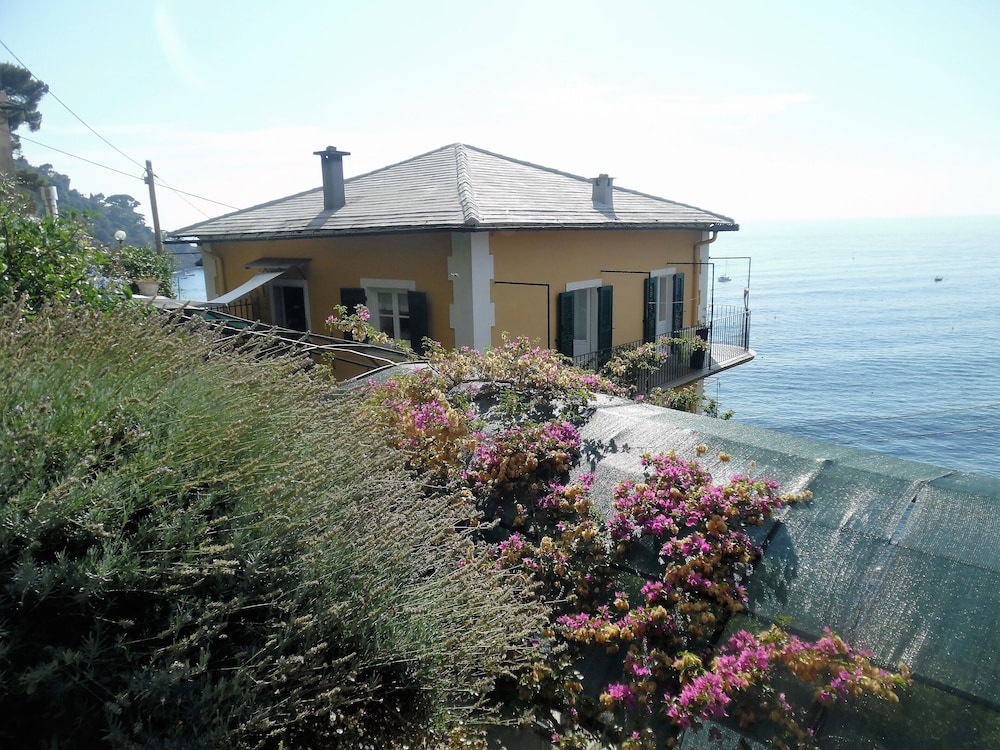 Featured Image, Wonderful House With Private Garden Immersed in the Park of Portofino