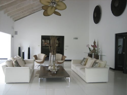 Spectacular Villa Serenity;located Just a Few Steps From Minita Beach