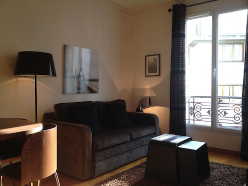Beige Newly Renovated Apartment Near Bastille and Marais, Wifi Elevator Parking