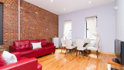 Spacious, Cozy, Quiet, Clean, High Ceilings, Great FOR A Family Stay - Sleeps 5