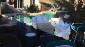 Piscina coperta, una piscina riscaldata, lettini