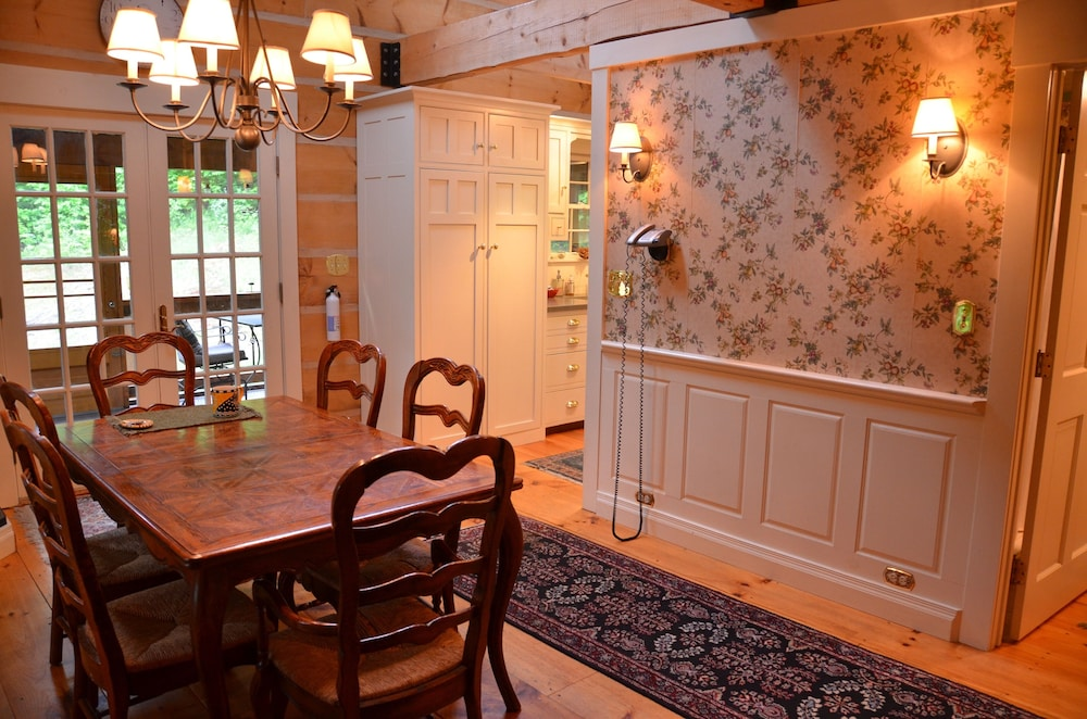 In-Room Dining, Colonial-style Solid-timber Home in a Quiet Setting