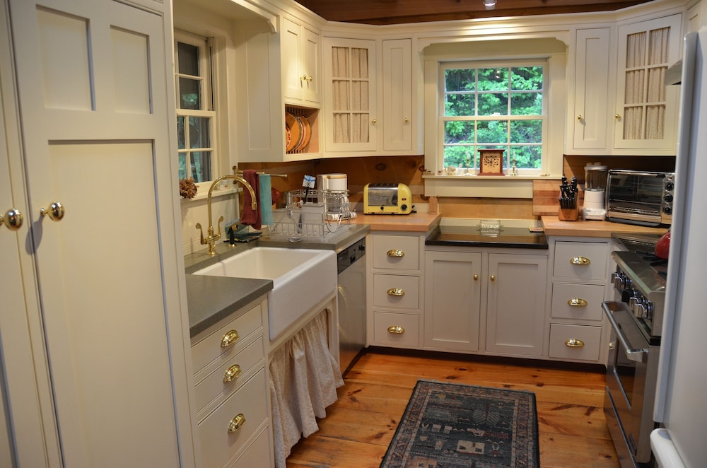 Private Kitchen, Colonial-style Solid-timber Home in a Quiet Setting