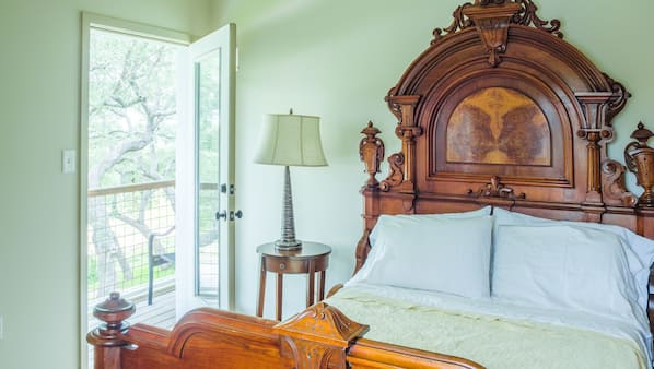 8 bedrooms, desk, iron/ironing board, travel crib