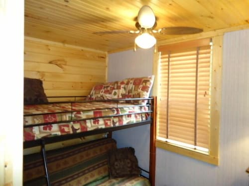 Private 2/1 Cabin With Distant Mountain View, Huge hot Tub, DTV and Wifi