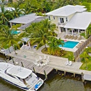 5 Bdrm, Key West Style Luxury Waterfront W.heated Saltwater Pool& 5 Star Reviews