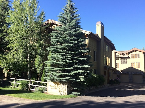 High-end Condo In the Heart Of Sun Valley - Walk To Skiing , Town, Biking + Golf