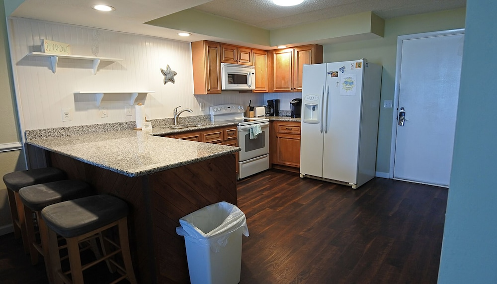 Private Kitchen, WE ARE OPEN! Pierview 103 - Great Views!! Updated 2 BR Oceanfront Condo