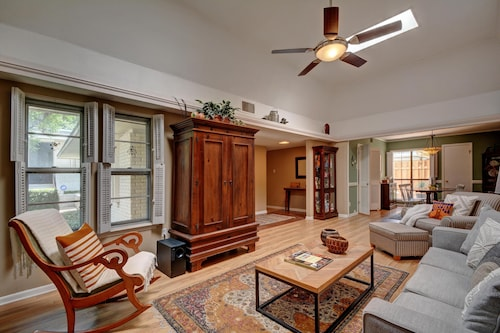 Austin Condo in Historic Tarrytown; Walk to Lake; Near Downtown, UT & Seton