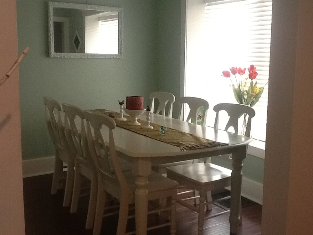 In-Room Dining, Clear Lake Bungalow